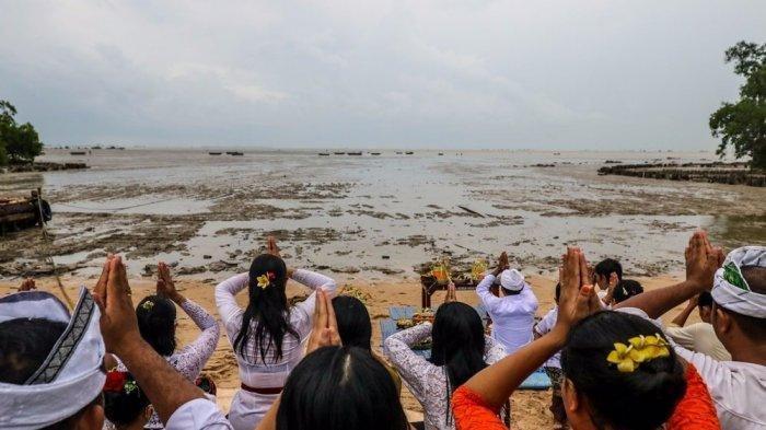 Foto-foto Upacara Melasti di Pantai Tanjung Bunga Pangkalpinang