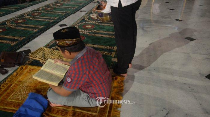 KHUSUK -Umat muslim membaca Al Quran di Masjid Nasional Al-Akbar Surabaya, Minggu (26/6) dini hari. Memasuki 10 hari terakhir bulan Ramadan, umat muslim melakukan i'tikaf di masjid dengan membaca kitab suci dan menunaikan salat malam untuk menjemput Lailatul Qadar yang diyakini hadir pada malam ganjil di bulan Ramadan. SURYA/AHMAD ZAIMUL HAQ