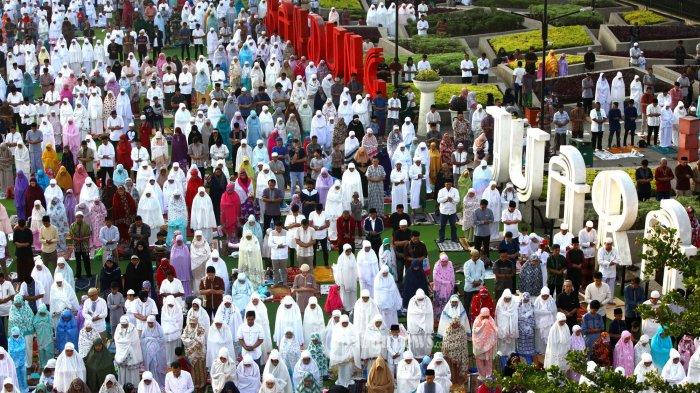Cegah Penyebaran Covid-19, Masjid Agung Al-Azhar Jaksel Gelar Salat Ied di Lapangan