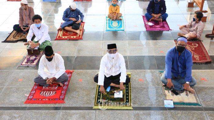 Ribuan umat muslim melaksanakan Sholat Iduladha di Masjid Agung Jawa Tengah (MAJT), Jumat (31/7/2020). Bertindak sebagai Khotbah, Prof Dr KH Noor Achmad MA dengan topik Haji dan ibadah Kurban Mengukuhkan Persatuan. Sedangkan imam salat Id akan dipimpin KH Zaenuri Achmad, Alkhafid. (Tribun Jateng/Hermawan Handaka)