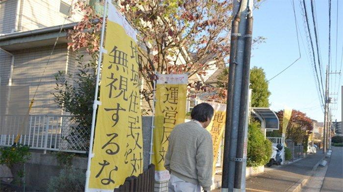 Bendera umbul-umbul menentang pembangunan fasilitas khusus penyandang disabilitas di sebuah daerah di Tsuzukiku Yokohama Jepang.