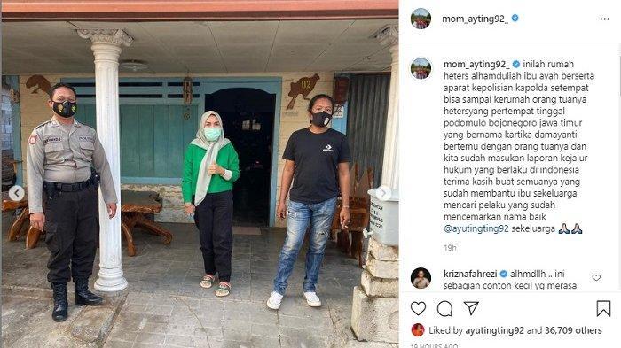 Umi Kalsum berfoto di depan rumah haters Ayu Ting Ting