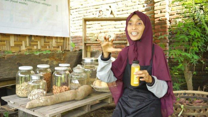 Sri Mulyani (41) pelaku UMKM di Ampenan, Kota Mataram, Lombok Barat, Nusa Tenggara Barat (NTB) yang menerima Banpres Produktif untuk mengembangkan usahanya yang terdampak pandemi.