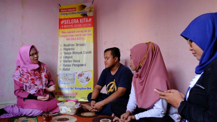 Aktivis perempuan Tangerang Selatan, Ria Dahlia saat melakukan pertemuan dengan kelompok usaha pembuat dan penjaja makanan kecil khas Bandung, yaitu Cireng di Pamulang, Selasa (7/7/2020)