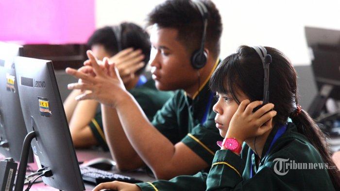 Peserta ujian mengerjakan soal Bahasa Inggris pada pelaksanaan Ujian Nasional Berbasis Komputer (UNBK) SMK hari ketiga di SMK Negeri 2, Jalan Ciliwung, Kota Bandung, Rabu (27/3/2019). Pelaksanaan UNBK di SMKN 2 Bandung diikuti 555 peserta yang dibagi dalam tiga sesi menggunakan enam ruangan. Guna penanganan lebih cepat kemungkinan koneksi internet bermasalah, sekolah ini menempatkan 6 orang teknisi komputer dan 6 orang proktor (operator server) yang di setiap ruang ujian, serta seorang proktor utama yang bertugas memberikan laporan ke server pusat. (TRIBUN JABAR/GANI KURNIAWAN)