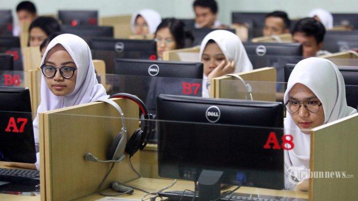 Peserta ujian mengerjakan soal Bahasa Indonesia pada pelaksanaan Ujian Nasional Berbasis Komputer (UNBK) SMA/MA/SMAK hari pertama di SMA Negeri 5, Jalan Belitung, Kota Bandung, Senin (1/4/2019). UNBK 2019 tingkat SMA/MA/SMAK berlangsung selama 4 hari, yakni 1 April, 2 April, 4 April, dan 8 April 2019. Pelaksanaan UNBK di SMAN 5 Bandung diikuti 367 peserta yang dibagi dalam dua sesi dengan menggunakan lima ruangan. (TRIBUN JABAR/GANI KURNIAWAN)