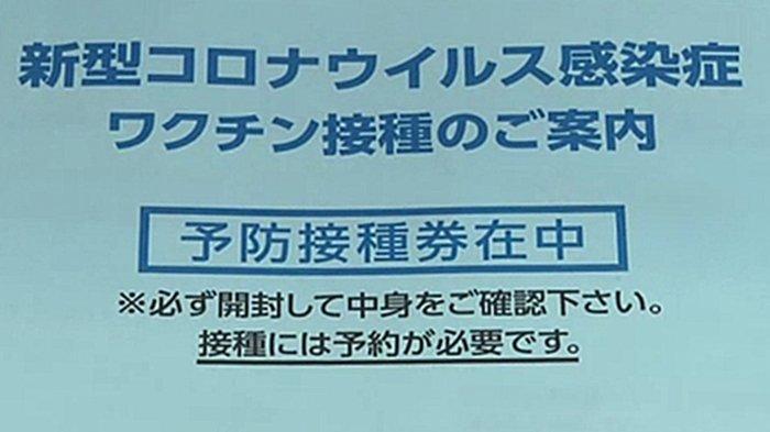 Amplop undangan berisi kupon vaksinasi bagi para lansia di Jepang.