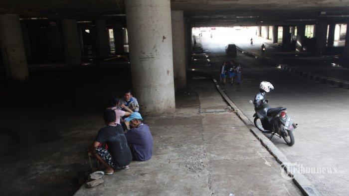 UNDERPAS BERFUNGSI NORMAL - Penguna melintas dengan normal usai air mengenangi Underpass Kemayoran, Jakarta Pusat,  Senin (27/1/2020). Sekitar tiga hari non-stop petugas gabungan menyedot genagan lebih 3 meter mengunakan sekitar 12 mesin penyedot. (Warta Kota/Henry Lopulalan)