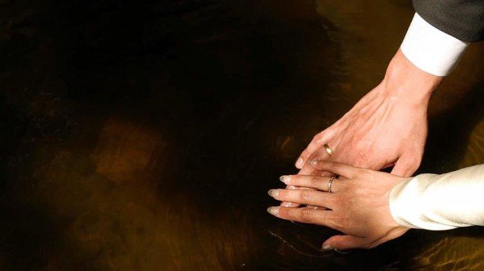 Selebriti Tara Basro diduga telah melangsungkan pernikahan setelah mengunggah sebuah foto yang memperlihatkan sepasang tangan dengan masing-masing jari manis memakai cincin.