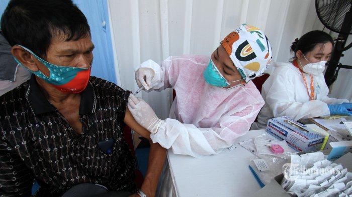 Petugas kesehatan menyuntikkan vaksin Covid-19 kepada seorang pemulung saat vaksinasi Covid-19 untuk komunitas pemulung di Pulogadung, Jakarta Timur, Minggu (5/9/2021). Unilever Indonesia bekerja sama dengan Sentra Vaksinasi Serviam dan PPIM memberikan vaksinasi Covid-19 kepada 300 anggota komunitas pemulung sehingga mereka dapat bekerja dengan kondisi yang lebih aman dan terlindungi. Selain vaksinasi, Unilever Indonesia juga memberikan edukasi 5M serta menyalurkan paket sembako sebagai apresiasi atas upaya mereka menyukseskan program ini. Tribunnews/Irwan Rismawan