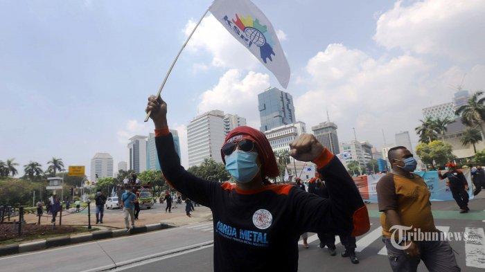 Puluhan buruh yang tergabung dalam Konfederasi Serikat Pekerja Indonesia (KSPI) melakukan unjuk rasa di sekitar patung Arjuna Wijaya, Jakarta Pusat, Rabu (21/4/2021). Aksi lanjutan ini untuk mendesak pembatalan atau pencabutan Undang-Undang Nomor 11 Tahun 2020 tentang Cipta Kerja. Aksi tersebut dilakukan terpisah di beberapa tempat di 24 provinsi dan 150 kabupaten atau kota, seperti gedung Mahkamah Konstitusi (MK), di depan kantor gubernur, bupati, dan wali kota setempat, hingga pabrik-pabrik buruh. Tribunnews/Herudin