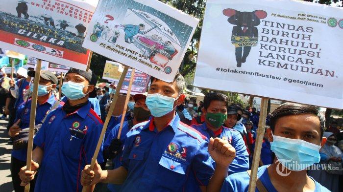 Sejumlah buruh yang tergabung dalam Keluarga Besar KSPSI Jabar dan SP/SB Jawa Barat melakukan unjuk rasa di Pengadilan Tata Usaha Negara (PTUN) Bandung, Jalan Diponegoro, Kota Bandung, Jawa Barat, Selasa (28/7/2020). Mereka menuntut lima hal yaitu, tolak gugatan Pembatalan SK UMK Tahun 2020 yang diajukan oleh Apindo Jawa Barat, cabut huruf D diktum ketujuh SK UMK Tahun 2020, tolak Omnibus Law RUU Cipta Kerja, terbitkan SK UMSK Kab/Kota Tahun 2020, dan tolak UU Tapera. Tribun Jabar/Gani Kurniawan