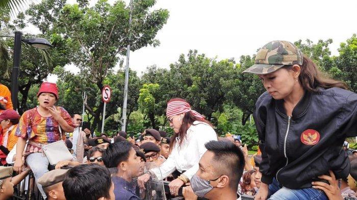 Insiden Pamdal Perempuan Terluka, Demonstrasi di Balai Kota DKI Berakhir Hingga Malam Hari