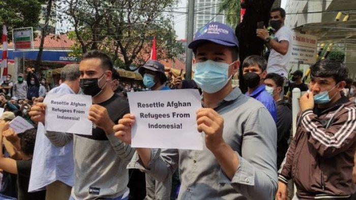 Massa Aksi yang merupakan warga Afghanistan saat menggelar unjuk rasa di depan Gedung UNHCR, Kebon Sirih, Jakarta Pusat, Selasa (24/8/2021).