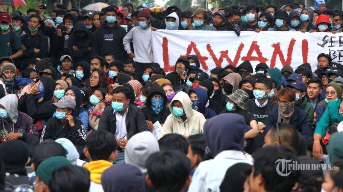 Ribuan mahasiswa dan pelajar menggelar unjuk rasa di depan Gedung DPRD Provinsi Jawa Barat, Jalan Diponegoro, Kota Bandung, Jawa Barat, Senin (30/9/2019). Dalam aksinya yang berujung ricuh dengan polisi itu, mereka menuntut pemerintah dan DPR untuk membatalkan Revisi Undang-Undang KPK dan Rancangan Kitab Undang-Undang Hukum Pidana (RKUHP). Tribun Jabar/Gani Kurniawan