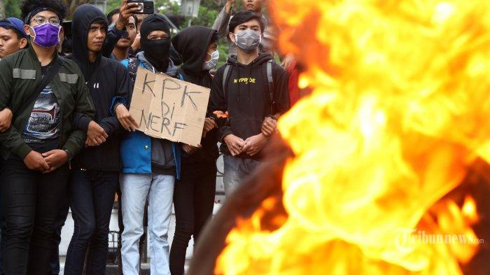 Ratusan mahasiswa dan pelajar menggelar unjuk rasa di depan Gedung Sate, Jalan Diponegoro, Kota Bandung, Jawa Barat, Jumat (27/9/2019). Dalam aksinya, mereka menuntut pemerintah dan DPR untuk membatalkan Revisi Undang-Undang KPK (UU KPK) dan Rancangan Kitab Undang-Undang Hukum Pidana (RKUHP), serta mendesak bertemu dengan Gubernur Jawa Barat, Ridwan Kamil. Tribun Jabar/Gani Kurniawan