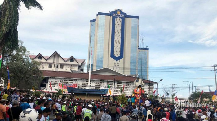Warga Papua dan Papua Barat berjalan dari Abepura menuju Kota Jayapura, untuk berunjuk rasa di kantor DPR Papua, dan kantor Gubernur Senin (19/8/2019). Mereka memprotes tindakan kekerasan dan rasisme terhadap mahasiswa asal Papua di Kota Surabaya, Jawa Timur, Jumat pekan lalu. (TRIBUNNEWS/HO/B AMBARITA)