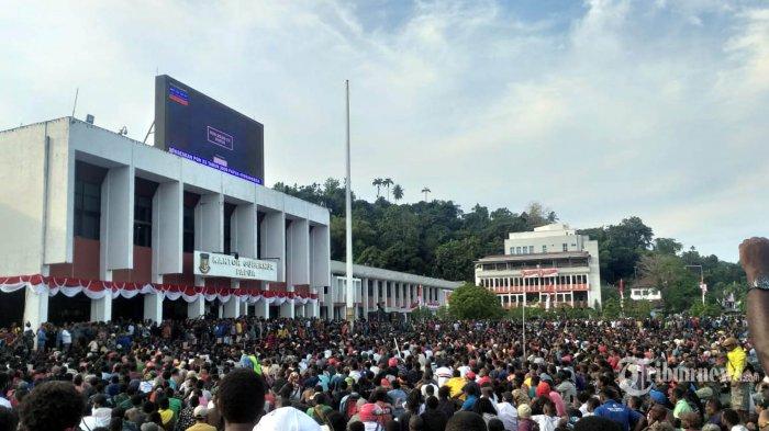 Warga Papua dan Papua Barat berjalan dari Abepura menuju Kota Jayapura, untuk berunjuk rasa di kantor DPR Papua, dan kantor Gubernur Senin (19/8/2019).