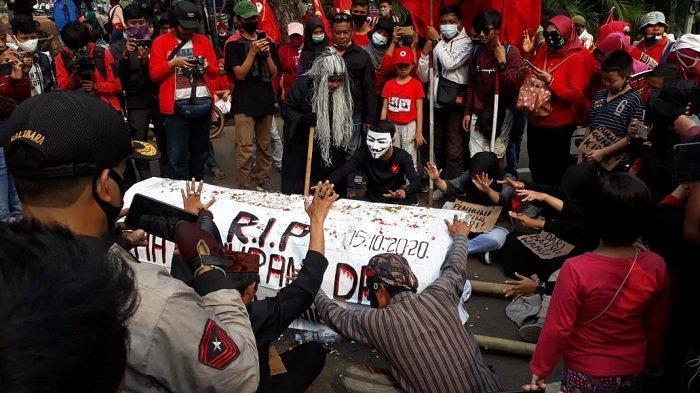 Aksi Para 'Dukun' di Patung Kuda Arjuna Wiwaha: 'RIP Hati Nurani DPR, Tolak Omnibus Law'