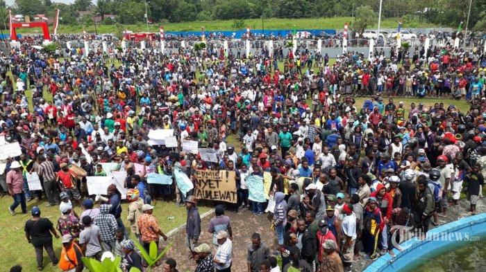 Massa berunjuk rasa di depan Gedung DPRD Mimika, Kota Timika, Rabu (21/8/2019). Unjuk rasa tersebut digelar terkait peristiwa yang terjadi di Surabaya dan Malang, Jawa Timur. TRIBUNNEWS/HO/B AMBARIT