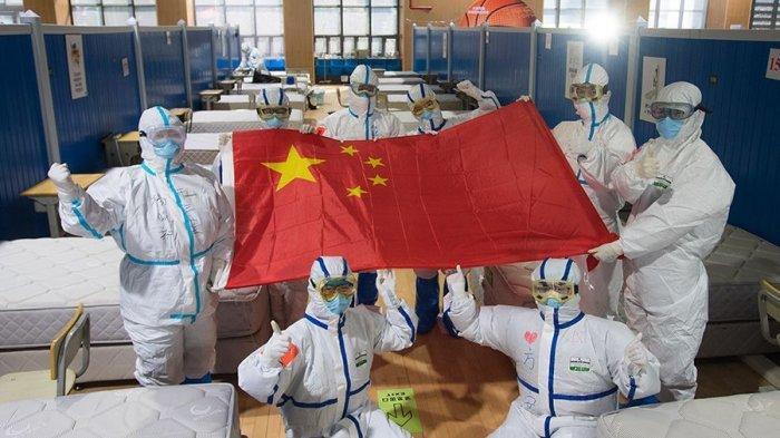 Ilustrasi petugas medis membentangkan bendera China - Untuk Pertama Kalinya, Tidak Ada Kasus Virus Corona Baru yang Dilaporkan di Wuhan