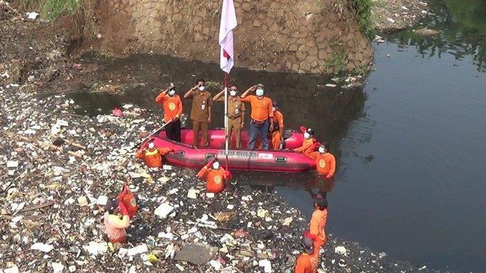 HUT Ke-76 RI di Bekasi: Upacara di Tengah Lautan Sampah, Pria Pakai Popok Kibarkan Bendera di Jalan