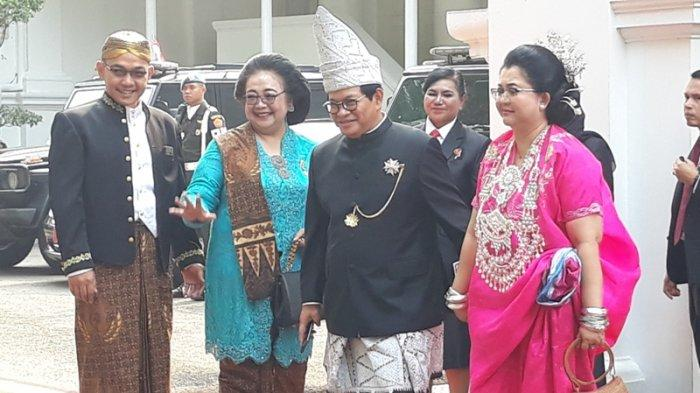 Sekretaris Kabinet Pramono Anung foto bersama dengan Menteri Siti sebelum Upacara Peringatan HUT ke-74 RI, Sabtu (17/8/2019) di Halaman Istana Merdeka, Jakarta.