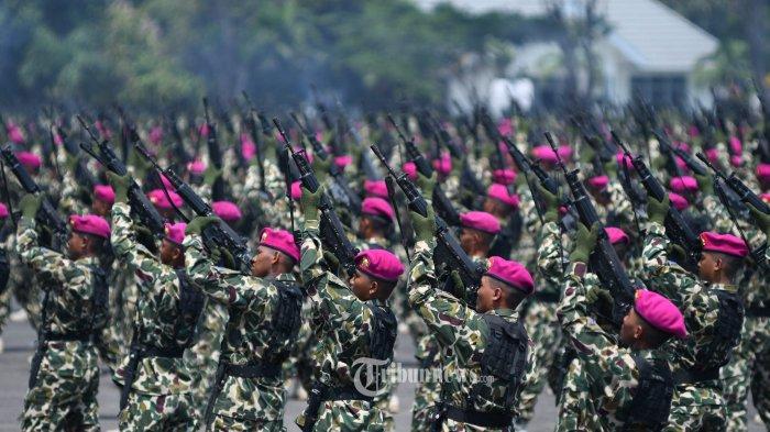 HUT MARINIR - Ratusan prajurit Marinir TNI AL mendemokan Kolone Senapan pada upacara HUT ke-74 Korps Marinir di Lapangan Kesatrian Sutedi Senaputra, Karangpilang, Surabaya, Jumat (15/11). Irup dipimpin oleh KASAL, Laksamana TNI Siwi Sukma Adji. SURYA/AHMAD ZAIMUL HAQ