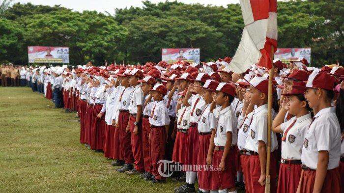 Murid Sekolah Dasar mengikuti Upacara HUT Ke-71 PGRI dan Hari Guru Nasional 2016 di Lapangan Blangpadang, Banda Aceh, Kamis (1/12/2016).
