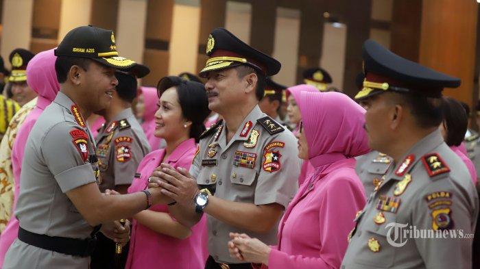 Kapolri Jenderal Idham Azis memberi selamat kepada Irjen Pol Hendro Sugiatno usai upacara kenaikan pangkat pati dan pamen polri di gedung Bareskrim Polri, Jakarta Selatan, Kamis (26/12/2019). Idham Aziz menaikan sebanyak 24 pati dan 90 pamen Polri pada upacara tersebut.