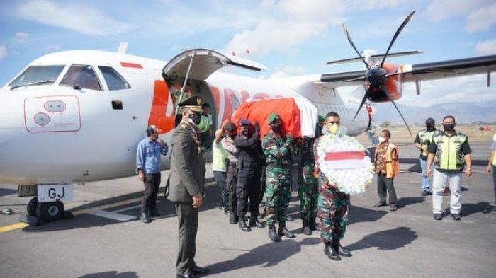 Upacara penerimaan jenazah Kapten Chb Anumerta Dirman, saat tiba di Bandara Sultan Muhammad Salahuddin Bima, Sabtu (4/9/2021).