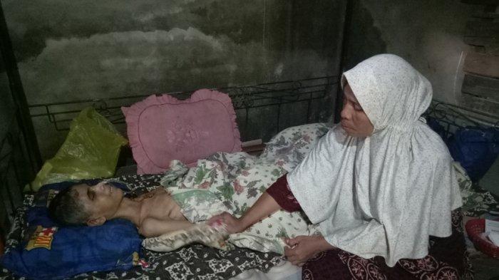 Wanita Buruh Cuci Ini Setia Layani Putra Sulungnya yang Koma Dua Bulan Lebih