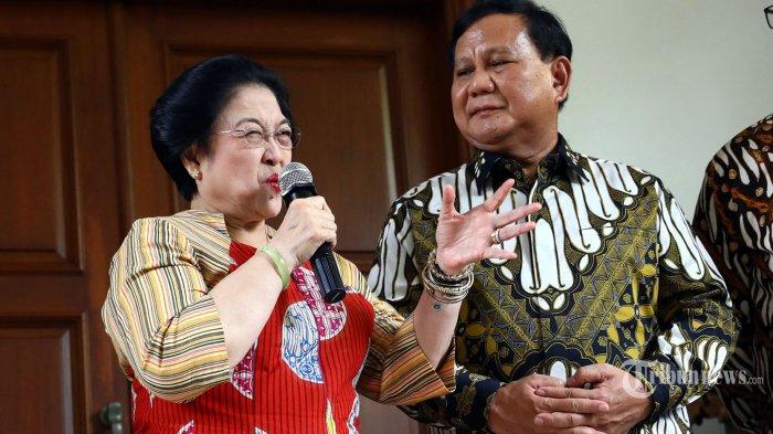 Ketua Umum PDI Perjuangan Megawati Soekarnoputri (kedua kiri) bersama Ketua Umum Partai Gerindra Prabowo Subianto (kedua kanan) memberikan keterangan kepada wartawan usai mengadakan pertemuan tertutup di kediaman Megawati Soekarnoputri, Jalan Teuku Umar, Jakarta, Rabu (24/7/2019). Pertemuan tersebut sebagai silaturahmi serta membahas berbagai persoalan bangsa. TRIBUNNEWS/IRWAN RISMAWAN