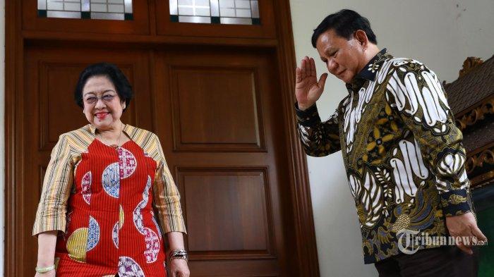 Ketua Umum Partai Gerindra Prabowo Subianto (kanan) memberi hormat kepada Ketua Umum PDI Perjuangan Megawati Soekarnoputri (kiri) usai mengadakan pertemuan tertutup di kediaman Megawati Soekarnoputri, Jalan Teuku Umar, Jakarta, Rabu (24/7/2019). Pertemuan tersebut sebagai silaturahmi serta membahas berbagai persoalan bangsa. TRIBUNNEWS/IRWAN RISMAWAN