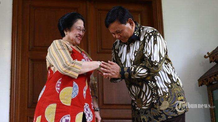 Ketua Umum PDI Perjuangan Megawati Soekarnoputri (kiri) berjabat tangan dengan Ketua Umum Partai Gerindra Prabowo Subianto (kanan) usai mengadakan pertemuan tertutup di kediaman Megawati Soekarnoputri, Jalan Teuku Umar, Jakarta, Rabu (24/7/2019). Pertemuan tersebut sebagai silaturahmi serta membahas berbagai persoalan bangsa. TRIBUNNEWS/IRWAN RISMAWAN