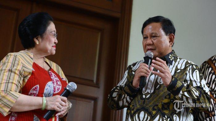 Ketua Umum PDI Perjuangan Megawati Soekarnoputri (kiri) bersama Ketua Umum Partai Gerindra Prabowo Subianto (kanan) memberikan keterangan kepada wartawan usai mengadakan pertemuan tertutup di kediaman Megawati Soekarnoputri, Jalan Teuku Umar, Jakarta, Rabu (24/7/2019). Pertemuan tersebut sebagai silaturahmi serta membahas berbagai persoalan bangsa. TRIBUNNEWS/IRWAN RISMAWAN