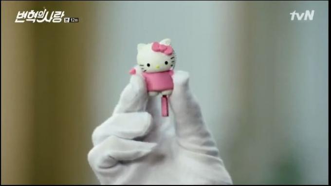 Byun Hyuk berhasil menemukannya USB Hello Kitty di laci meja.