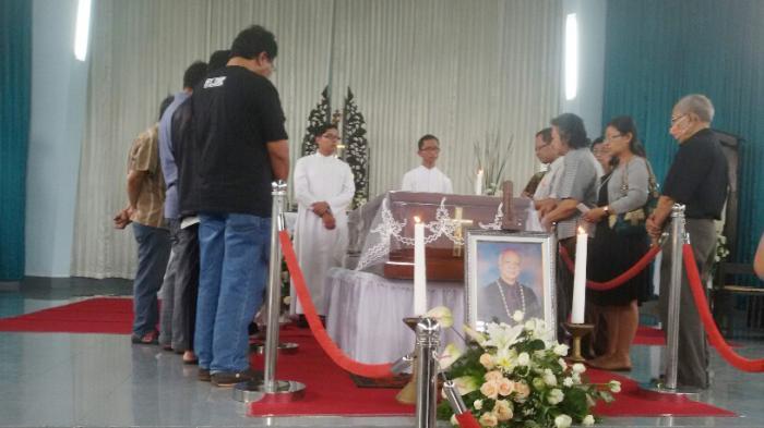 Tempat Peristirahatan Terakhir Mgr Johannes Pujasumarta dan Romo Mangun Berdampingan