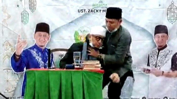 Ustaz Zacky Mirza dikabarkan jatuh pingsan ketika sedang berceramah di Kota Pekanbaru, Riau, Minggu (18/4/2021) malam.