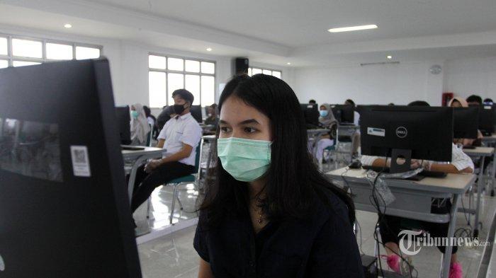 Peserta mengikuti Ujian Tulis Berbasis Komputer (UTBK) di Universitas Pembangunan Nasional (UPN) Veteran, Depok, Jawa Barat, Senin (6/7/2020) Sebanyak 1.240 peserta mengikuti UTBK dengan menjalankan prosedur protokol kesehatan untuk menghindari terpapar virus Covid-19. Tribunnews/Jeprima