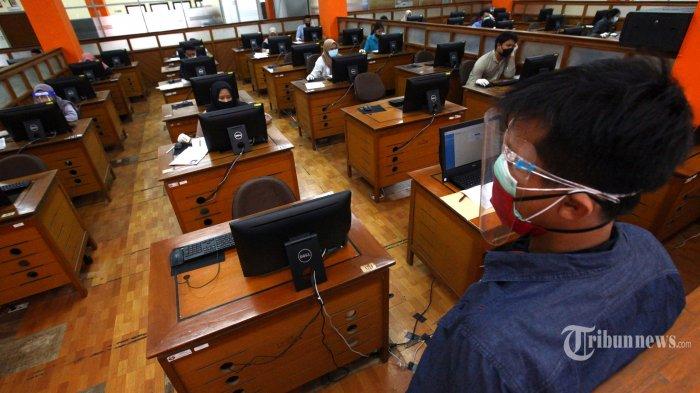 Peserta mengikuti Ujian Tulis Berbasis Komputer (UTBK) Seleksi Bersama Masuk Perguruan Tinggi Negeri (SBMPTN) 2020 dengan mengenakan protokol kesehatan Covid-19 di Gedung Direktorat Teknologi Informasi dan Komunikasi (TIK), Kampus Universitas Pendidikan Indonesia (UPI), Jalan Setiabudhi, Kota Bandung, Jawa Barat, Selasa (7/7/2020). UTBK-SBMPTN yang digelar UPI Bandung diikuti sebanyak 15.249 peserta yang dibagi dalam dua tahap, tahap I pada 5-14 Juli 2020 dan tahap II pada 20-29 Juli 2020. Tribun Jabar/Gani Kurniawan