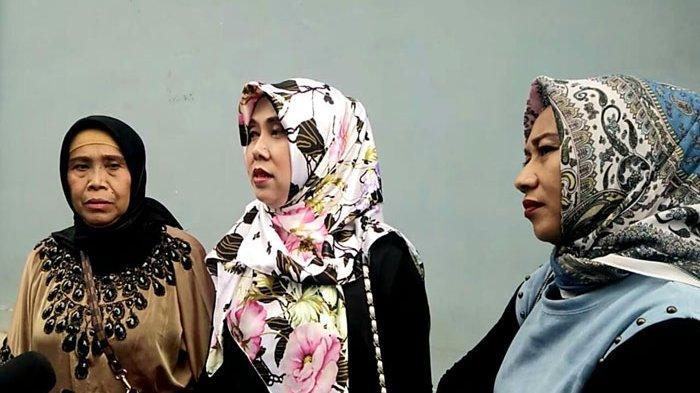 Keluarga Lina Jubaedah, adik dan sang mama saat ditemui di gedung Trans TV, Jalan Kapten Tendean, Mampang Prapatan, Jakarta Selatan, Senin (17/2/2020).