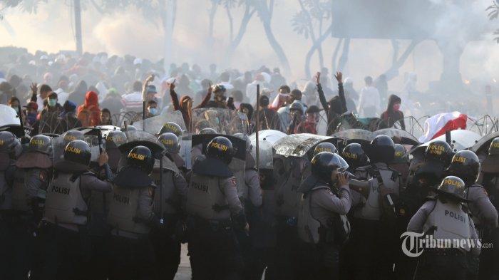 Massa aksi saat melakukan demonstrasi di kawasan DPR/MPR, Jakarta Pusat, Senin (30/9/2019). Pada aksi  menolak RKUHP yang berlangsung di jakarta tersebut berakhir ricuh.  Tribunnews/Jeprima