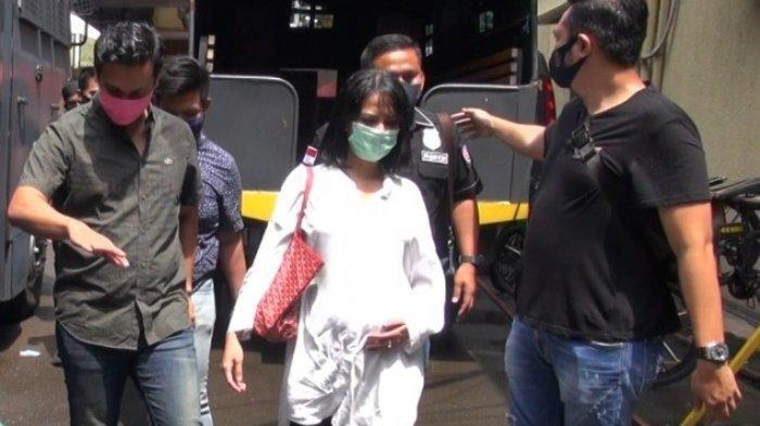 Sambil memegang perutnya yang tengah hamil, Vanessa Angel ditemani Bibi Ardiansyah, suaminya, terlihat berjalan menyusuri halaman Polres Metro Jakarta Barat, Rabu (8/4/2020) siang.