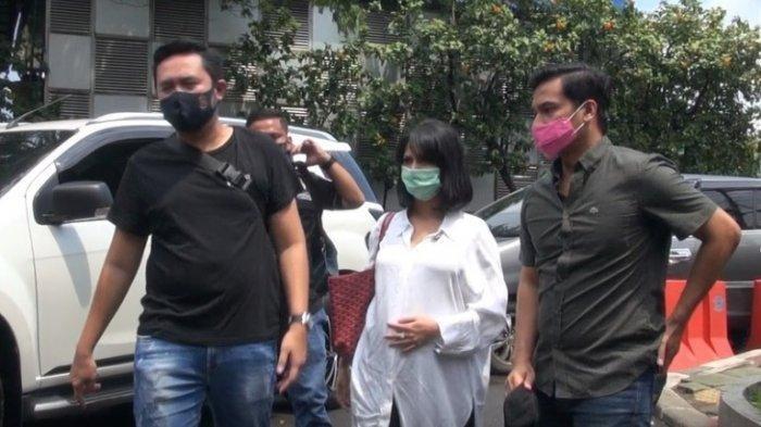 Dijemput Polisi di Rumahnya, Vanessa Angel Terihat Pegangi Perutnya yang Hamil, Ini Foto-fotonya