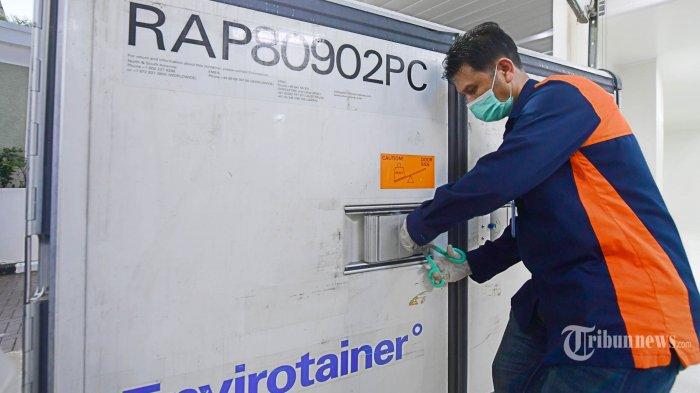 Vaksin Covid-19 buatan Sinovac tiba di Kantor Pusat Bio Farma, Bandung, Senin (7/12/2020). Vaksin asal Cina tersebut tiba di Indonesia melalui terminal cargo Bandara Internasional Soekarno-Hatta pada Minggu (6/12/2020) malam. TRIBUNNEWS/BIRO PERS/MUCHLIS Jr