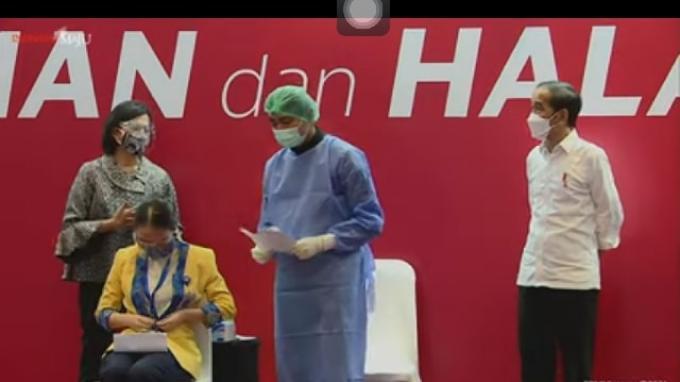 Presiden Joko Widodo (Jokowi) meninjau vaksinasi massal bagi pelaku pasar modal dan perbankan di kawasan Bursa Efek Indonesia (BEI), Jakarta, pada Rabu, (31/3/2021).