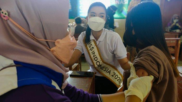 Kehadiran Miss Indonesia Bikin Warga Desa Malasari Antusias Ikut Vaksinasi