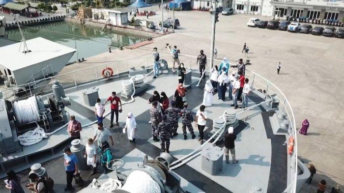 Keseruan Ikut Serbuan Vaksinasi TNI AL, Pelajar SMP-SMA Berkesempatan Naik KRI Teluk Youtefa-522