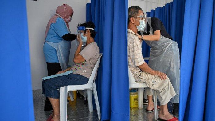 Warga menerima vaksin virus corona Covid-19 Sinovac di truk vaksin bergerak di Kuala Lumpur, Malaysia pada 21 Juni 2021.